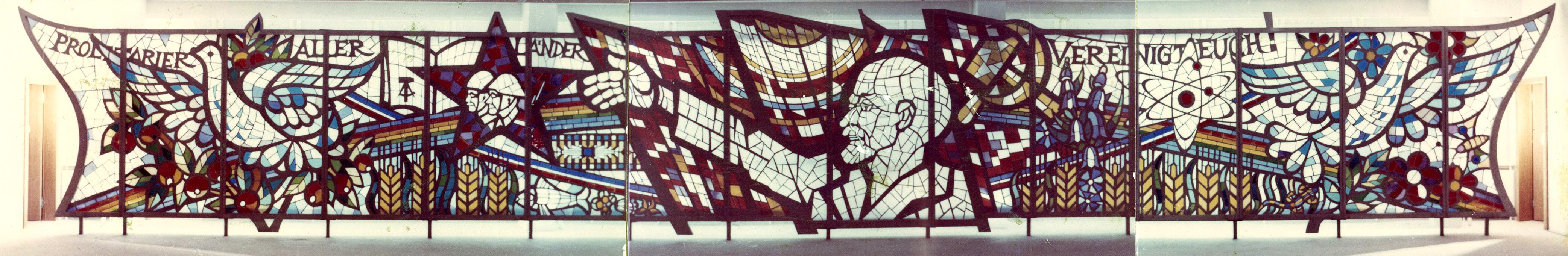DDR-Kunst: So viel Symbolik: links und rechts Friedenstauben, in der Mitte Lenin, dazwischen Französische Revolution