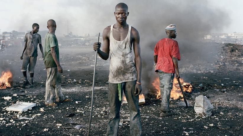"""Pieter Hugo: Aus Pieter Hugos Serie """"Permanent Error"""": In einem Stadtteil von Accra schlachten Einwohner auf Kosten ihrer Gesundheit den Elektroschrott aus, den westliche Wohlstandsgesellschaften gut entsorgt glauben."""