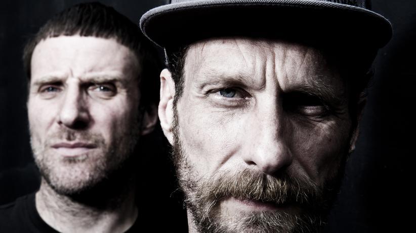 Die Sleaford Mods: Andrew Fearn (rechts) macht die Beats, Jason Williamson pöbelt dazu ins Mikrofon.