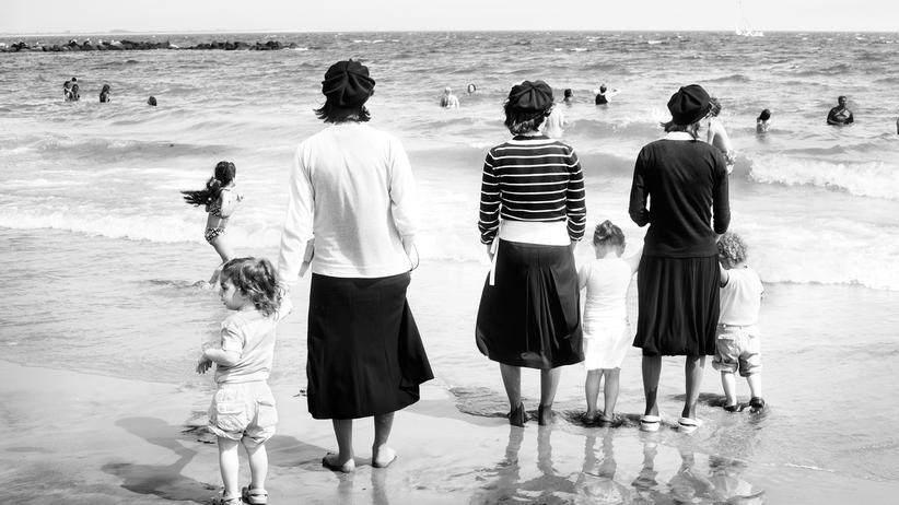Jüdisches Museum: Die Fotografin Federica Valabrega zeigt jüdische Frauen mit Kopfbedeckung, hier am Strand von Coney Island, New York.