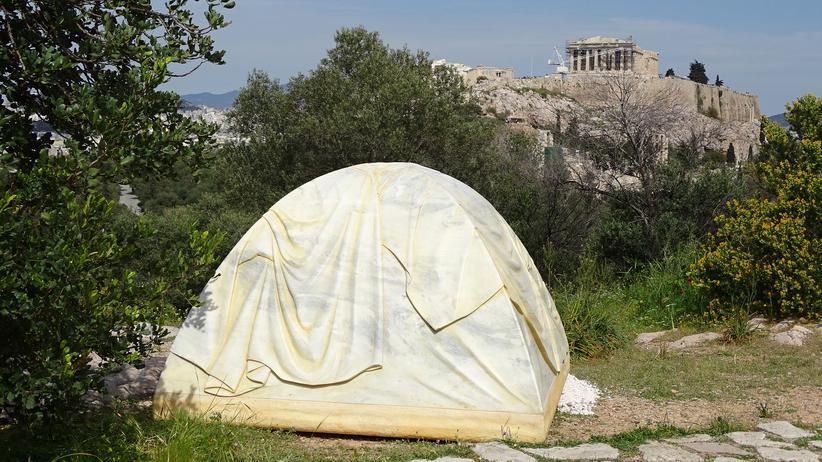 """Documenta in Athen: Ein Zelt aus Marmor von Rebecca Belmore in Sichtweite des Parthenon abgestellt: """"Biinjiya'iing Onji"""" (Von innen), 2017"""