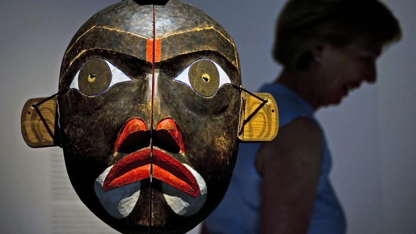 Humboldt Forum: Eine Maske der Kwakiutl, die an der Westküste Kanadas beheimatet sind, in der Humboldt-Box am Schlossplatz Berlin, Juni 2011
