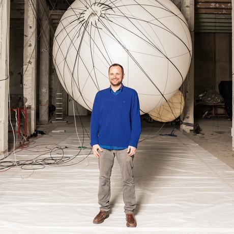 Tomás Saraceno in seinem Studio in Berlin-Lichtenberg, wo er seine planetengleichen Ballons entwickelt. Die riesigen, leuchtenden Kugeln sind Teil einer Installation, die derzeit im Asia Culture Center im südkoreanischen Gwangju zu sehen ist.