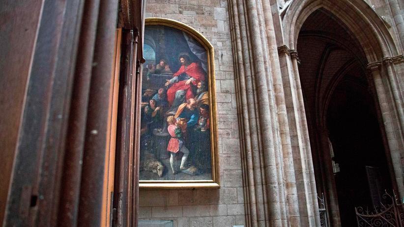 Paris: Bei dem Großbrand in der Kathedrale Notre-Dame wurden zwei Drittel des Dachs sowie der Spitzturm zerstört. Die Gemälde wurden jedoch nicht beschädigt.