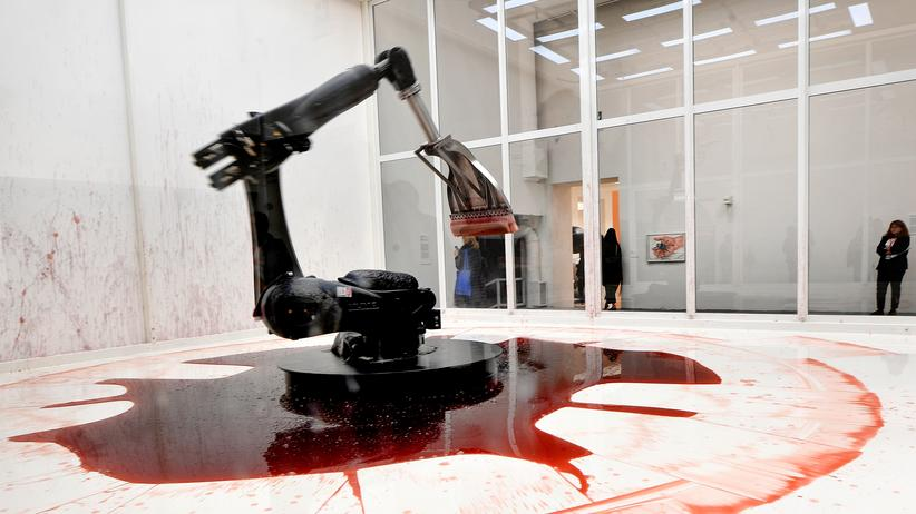 """Biennale in Venedig: Ein Schlüsselwerk der Ausstellung mit dem Titel """"Can't Help Myself"""" vom Pekinger Duo Sun Yuan und Peng Yu"""