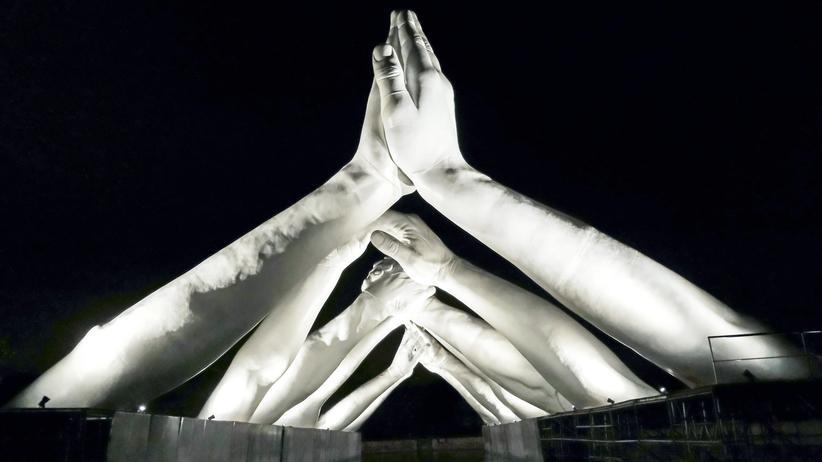 """Rechte Künstler: Es gibt nicht nur die beiden einander gegenüber stehenden Positionen zur Kunstfreiheit. In der Mitte ist Raum zur Ausgestaltung. Auf dem Foto: die Installation """"Building Bridges"""" von Lorenzo Quinn bei der Venedig-Biennale"""