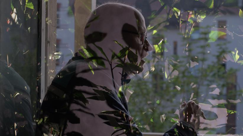 """Axel Krause: In dem Video """"Schlechte Gesellschaft"""" setzt sich der Künstler Felix Leffrank mit der Person Axel Krause auseinander. Dieser wird hier von einem Schauspieler dargestellt."""
