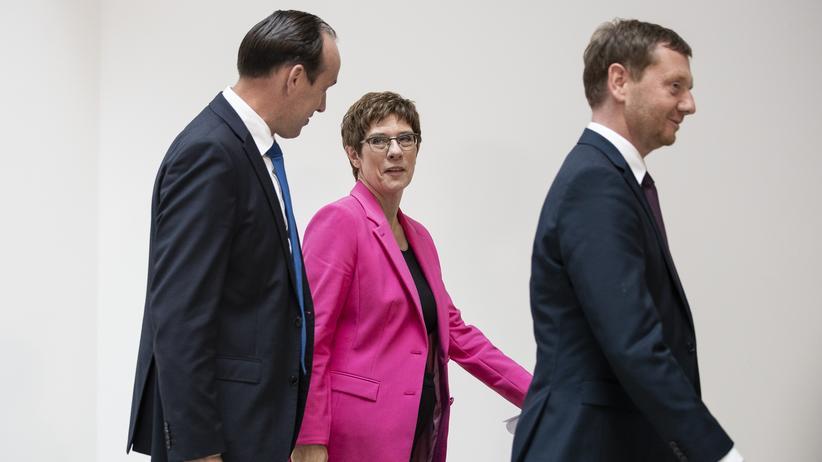CDU in Ostdeutschland: Nach der Wahl ist vor dem nächsten Konflikt: Michael Kretschmer, Annegret Kramp-Karrenbauer und Ingo Senftleben in Berlin. Jetzt ringt die Partei um eine Linie beim Klimaschutz.
