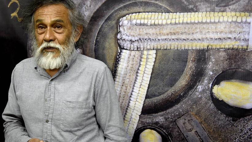 """Maler und Bildhauer: Der mexikanische Künstler Francisco Toledo vor einem seiner Bilder seiner Ausstellung """"The corn of our means of support"""" in Mexico City."""