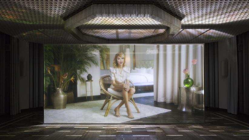 """""""Uncanny Valley"""": Das ist nicht Taylor Swift. Das ist nur eine Programmierung, die so tut, als sei sie Taylor Swift. Aber sie spricht: Christopher Kulendran Thomas und Annika Kuhlmann, """"Being Human"""", 2019. Installationsansicht aus der Ausstellung """"Ground Zero"""" im Schinkel Pavillon, Berlin. Courtesy of the Fine Arts Museum of San Francisco"""