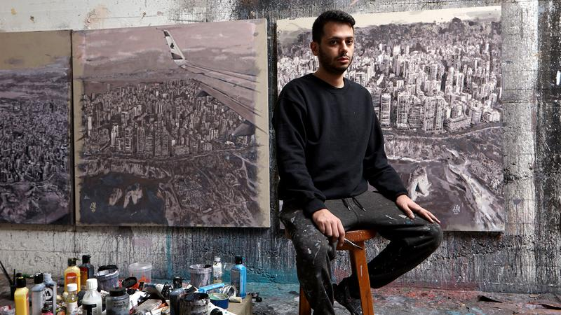 """Yazan Halwani: Der Künstler am Werk: Yazan Halwani vor einigen Bildern seiner aktuellen Ausstellung """"Hotel Beirut"""""""