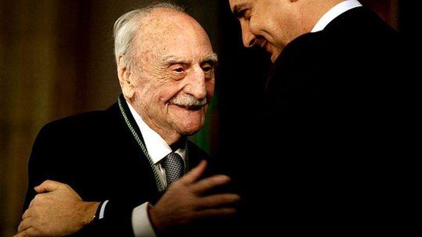Literatur: Der spanische Schriftsteller Francisco Ayala, hier im Jahr 2006 mit dem spanischen Ministerpräsidenten Jose Luis Rodriguez Zapatero.