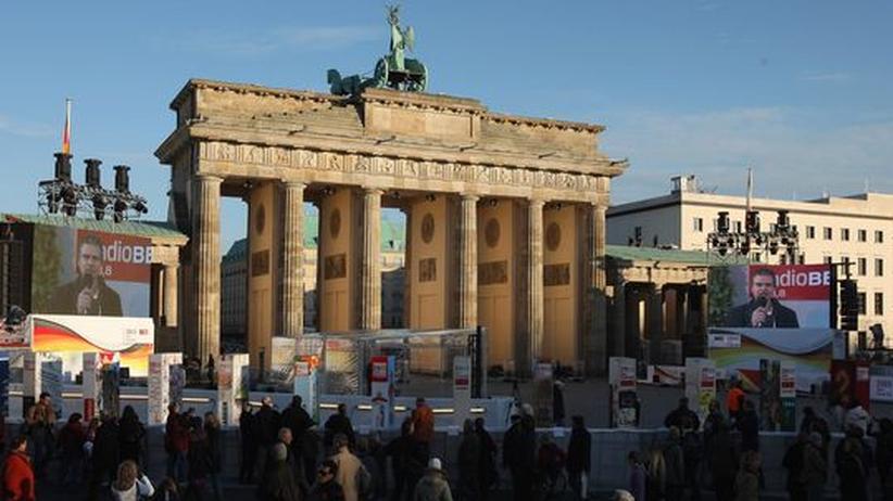 20 Jahre Mauerfall: Hier fällt was um: Vor dem Brandenburger Tor stehen riesige Dominosteine anlässlich der Feier zum 9. November
