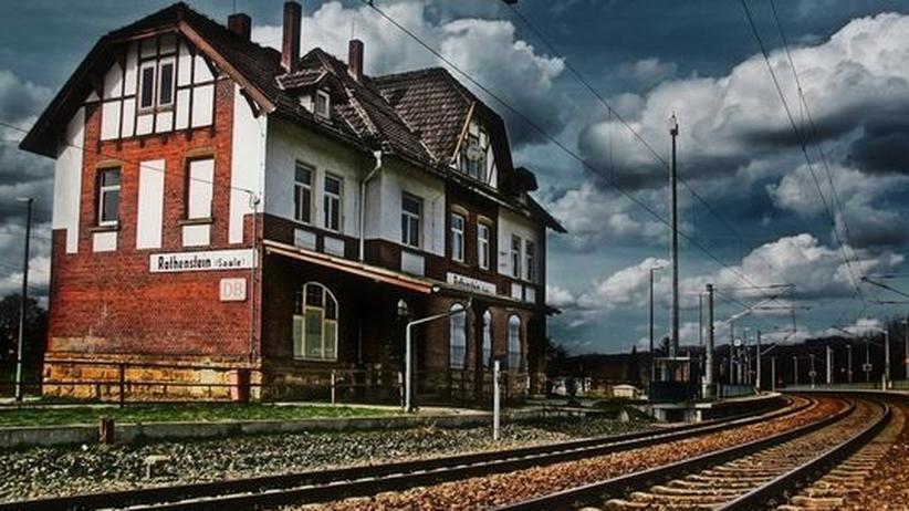 Junge Literatur: Ein Bahnhof, ein paar Gleise, ansonsten weiter Himmel – die Provinz