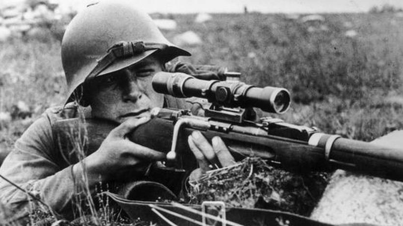 Wassil Bykau: Ein sowjetischer Soldat im Schützengraben, 1941