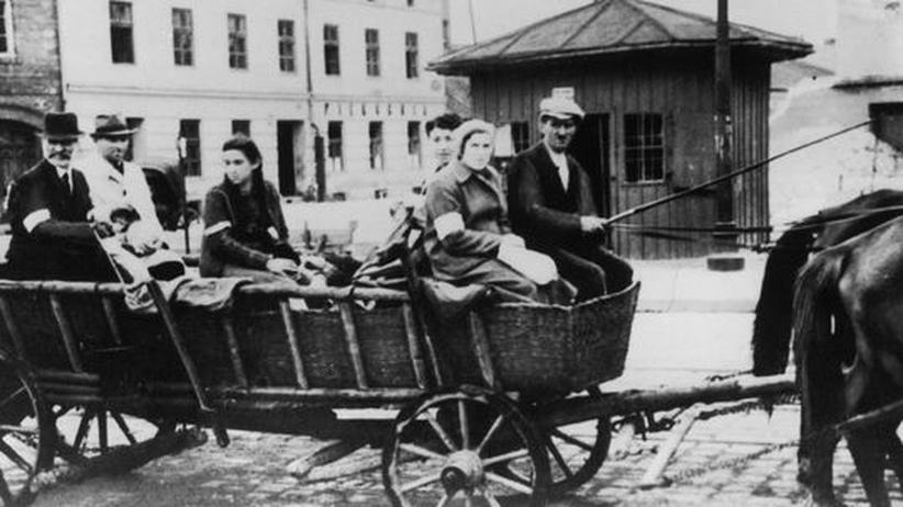 Vertreibung: Eine Gruppe Flüchtlinge in Krakau während des Zweiten Weltkriegs