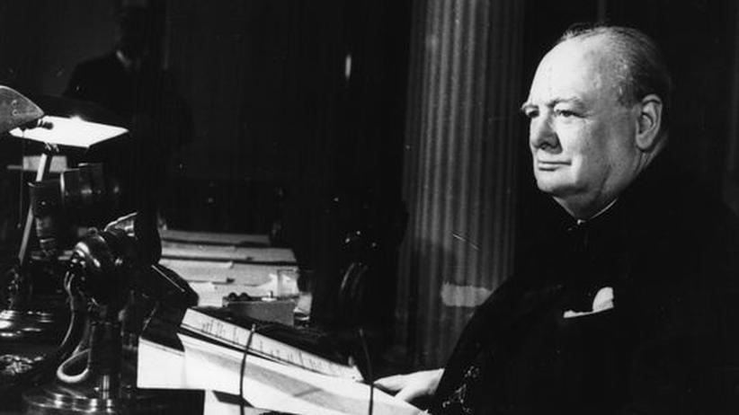 Winston Churchill am Schreibtisch