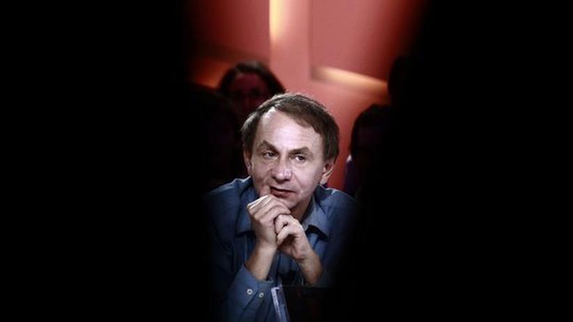 """Künstlerroman """"Karte und Gebiet"""": Der Schriftsteller Michel Houellebecq im November 2010 im französischen Fernsehen, kurz nachdem er mit dem Prix Goncourt für seinen Roman """"Karte und Gebiet"""" geehrt wurde"""