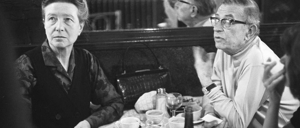 Das intellektuelle Paar Simone de Beauvoir und Jean-Paul Sartre 1970 in einem Café in Paris