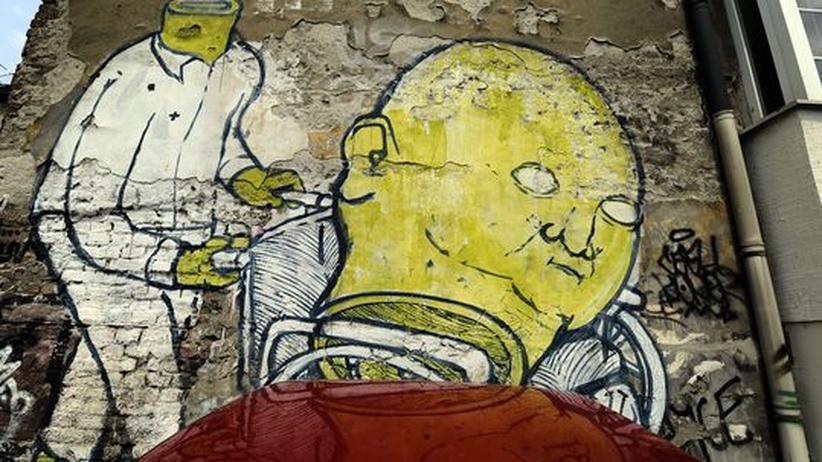 Serbische Literatur: Eine mit Graffiti bemalte Wand in Belgrad.