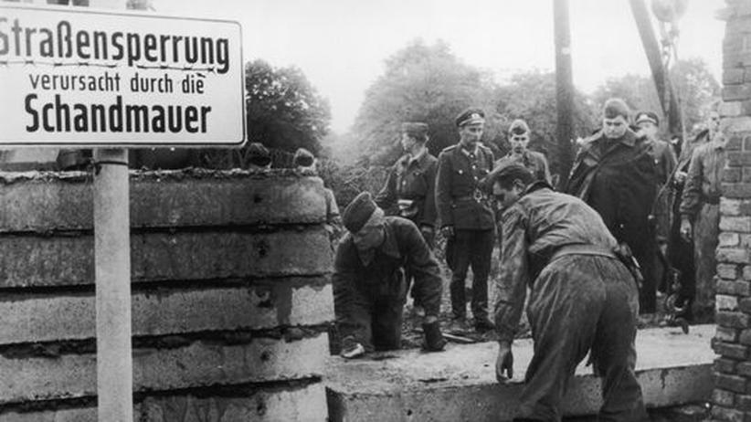 Deutsche Teilung: 1961: Soldaten beim Bau der Berliner Mauer