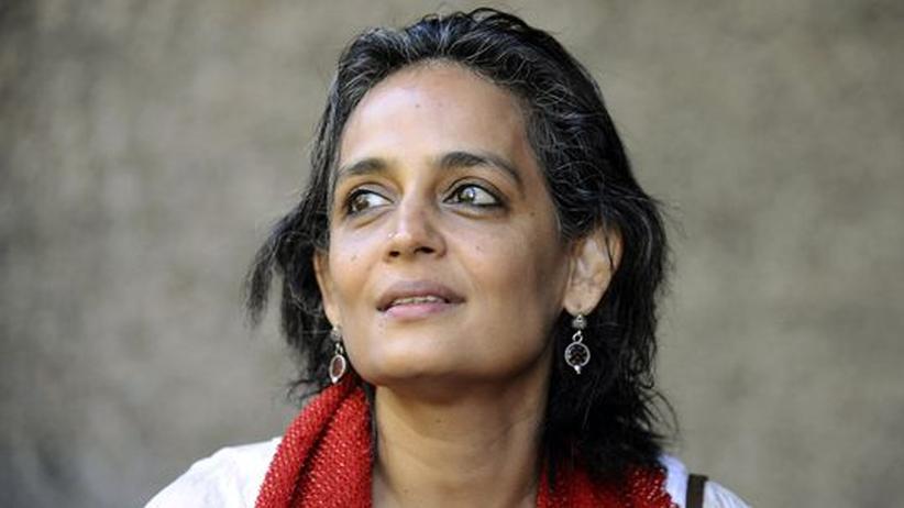 """Arundhati Roy: Die Schriftstellerin Arundhati Roy wurde 1959 in Südindien geboren. Ihr Roman """"Der Gott der kleinen Dinge"""" machte sie 1997 weltberühmt."""