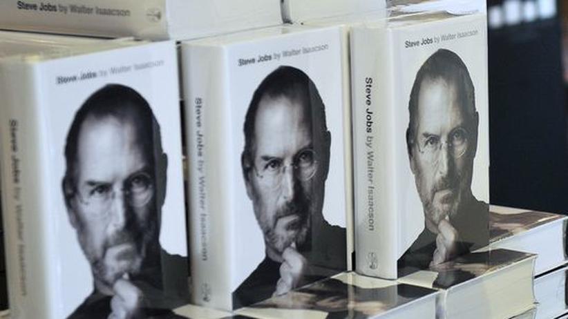 """Autobiografien: Die Biografie """"Steve Jobs"""" von Walter Isaacson in einer Buchhandlung in Hongkong"""