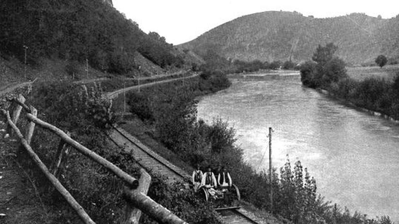 Ungarische Geschichte: Eine Eisenbahnstrecke am Ufer des Muresul-Flusses in Transsilvanien, um 1920
