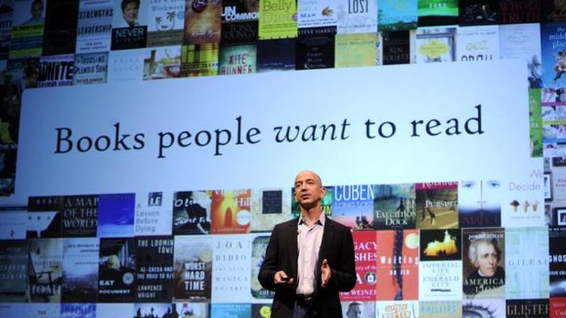 Amazon und Goodreads: Der Amazon-CEO Jeff Bezos präsentiert den Kindle-Reader (Archivbild, 2009).