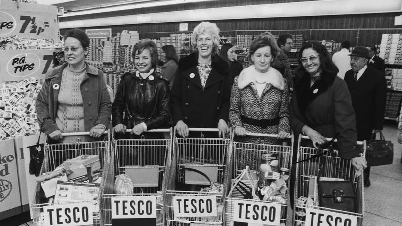 """""""Geschichte des Westens"""": Eine Gruppe französischer, deutscher, holländischer und belgischer Hausfrauen testet 1973 den Supermarkt Tesco."""