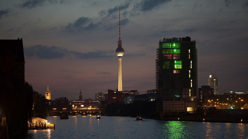 Berlin: Die Berliner Skyline mit dem Fernsehturm am Alexanderplatz