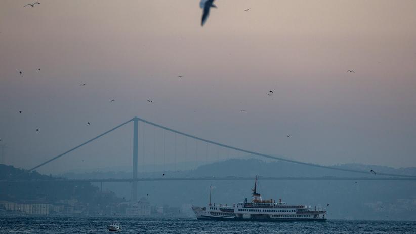Bei Alban Nikolai Herbst wird die Schiffsreise zum langsamen Abschied vom Leben.
