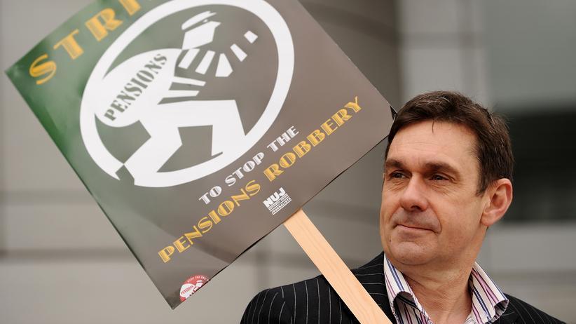 Paul Mason: Der Journalist Paul Mason, damals Wirtschaftsredakteur bei der BBC, protestiert gegen Rentenkürzungen, 2010.