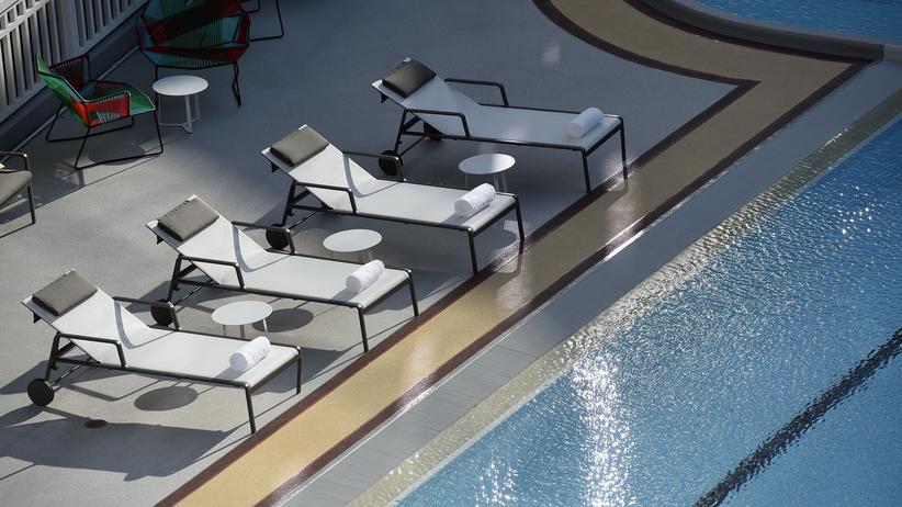 """""""Geld spielt keine Rolex"""": Sehnsuchtsort Swimmingpool"""