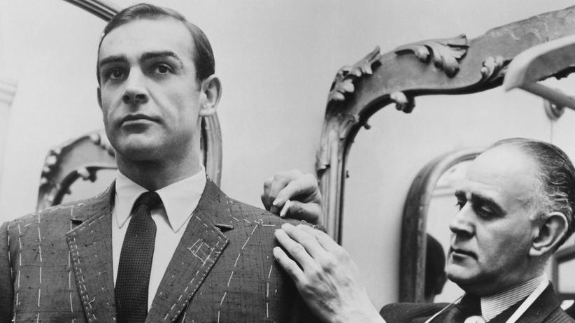 """Anzug: Sean Connery 1963 bei der Anprobe für die Dreharbeiten für """"Liebesgrüße aus Russland"""""""