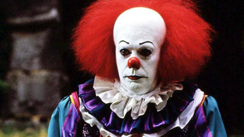 """Stephen Kings """"ES"""": Das Böse in der Gestalt des Clowns Pennywise (Tim Curry) terrorisiert eine Kleinstadt. 1990"""