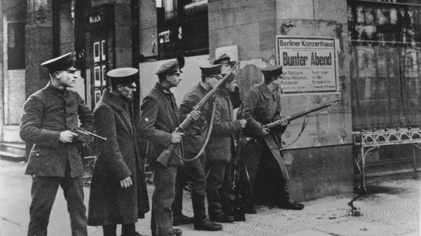 """Die Besiegten"": Pa­t­rouil­lie­rende Soldaten in Berlin, 1919"