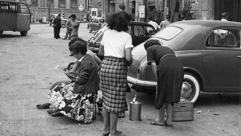 """""""Die Geschichte der getrennten Wege"""": Straßenszene in Neapel Mitte der 1950er Jahre"""