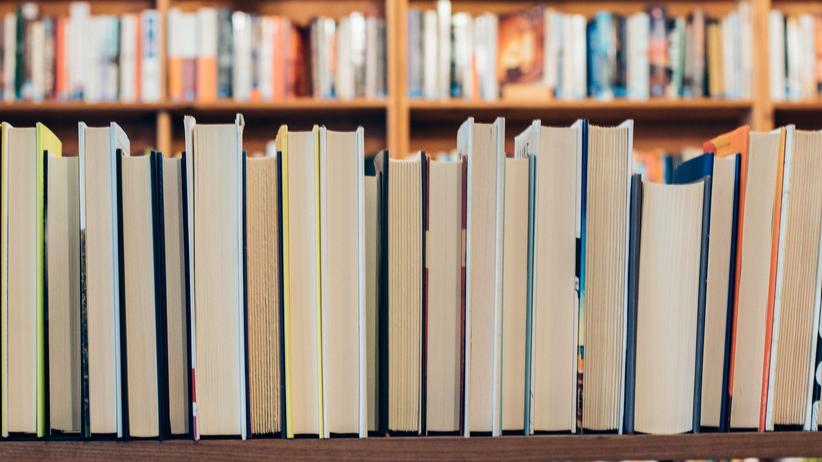 Backwards Books: Backwards Books: Der Schriftsteller steht jetzt mit dem Rücken zur Wand.