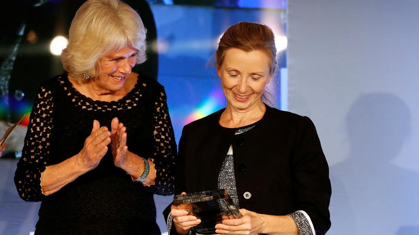 Literaturauszeichnung: Die Schriftstellerin Anna Burns (r.) erhält in London den Man-Booker-Preis. Die Auszeichnung wurde von der Frau des britischen Thronfolgers Prinz Charles, Herzogin Camilla (l.), überreicht.