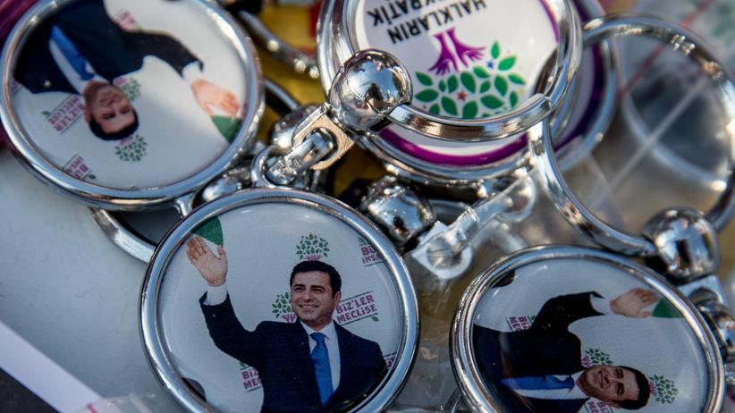 """Morgen Grauen"": Selahattin Demirtaş als Schlüsselanhänger"
