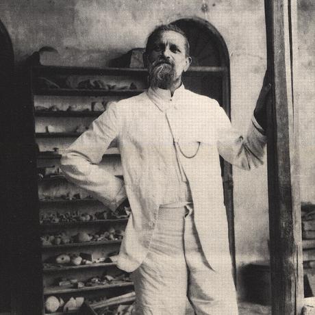 """""""Babel"""": Robert Koldewey (1855-1925), 1917 in seinem Magazin in Babylon"""