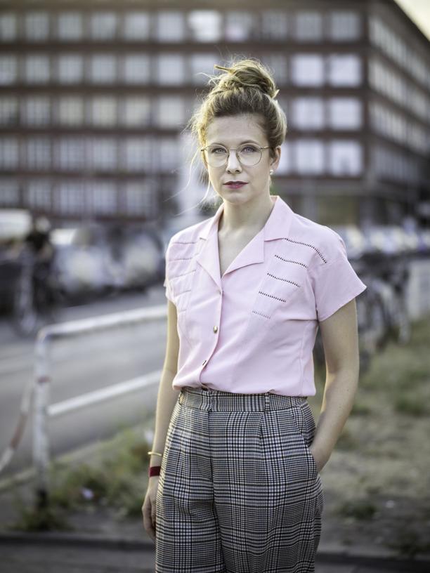 """Anna Basener, geboren 1983, schreibt Romane und Hörspiele. Sie war die jüngste Groschenheftautorin Deutschlands und moderiert den Adelspodcast """"GALA Royals"""". Im Januar 2019 ist ihr zweiter Roman """"Schund und Sühne"""" bei Eichborn erschienen."""