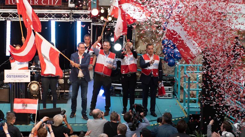 FPÖ: Nationaler Fahnenschwang: FPÖ-Spitzenkandidat Harald Vilinski (dritter von rechts) und FPÖ-Chef Heinz Christian Strache (in Zivil) im Europawahlkampf.