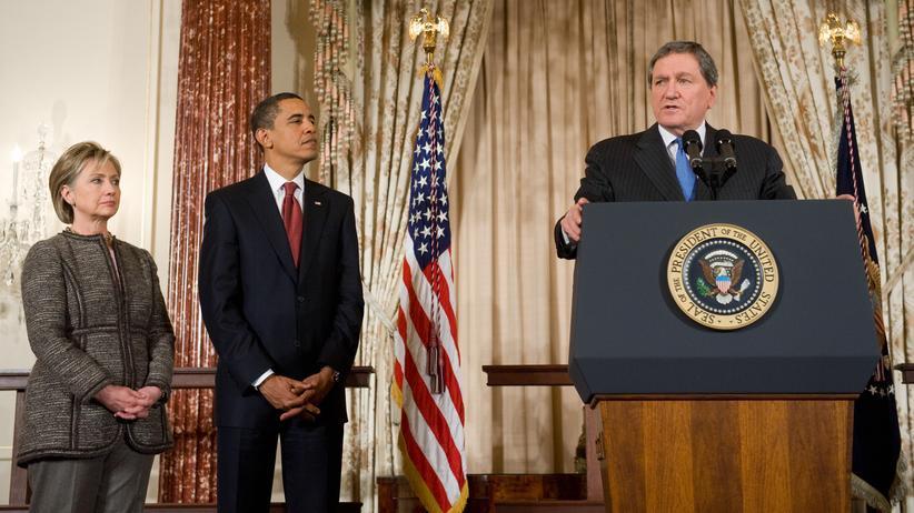 """Richard Holbrooke (rechts) am 22. Januar 2009 bei seiner Ernennung zum US-Sondergesandten für Afghanistan und Pakistan. Das Vertrauen Obamas habe Holbrooke rasch verloren, sagt Packer. Darin habe """"die Tragik seines späten Tuns"""" bestanden."""