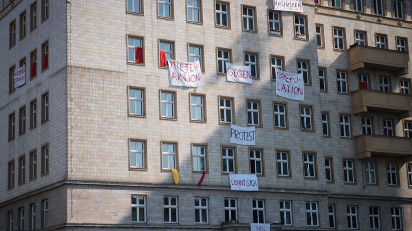 """""""Ein Haus auf dem Land"""": Kein Haus auf dem Land: Protestbanner an der Berliner Karl-Marx-Allee im April 2019"""