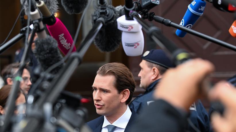 Österreich: Jetzt ist schon wieder was passiert: Sebastian Kurz am 7. Oktober, zwei Tage vor seinem Rücktritt als Bundeskanzler, noch mehr als üblich umringt von Mikrofonen und Kameras.