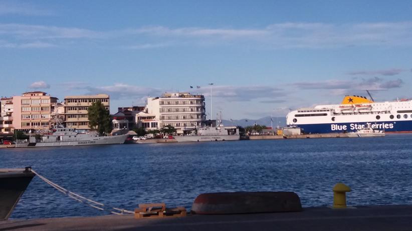 Lesbos: Border Force und Blue Star Ferry, Hafen von Mytilini Juni 2017