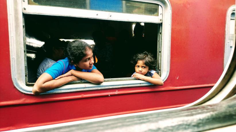 Sri Lanka: In jedem der offenen Zugfenster ein Kopf  – und manchmal auch zwei.