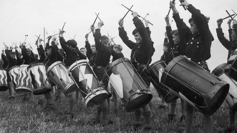 Musik des 20. Jahrhunderts: Nein, nicht hinter jeder Musik, die im 20. Jahrhundert gespielt wurde, steckte Adolf Hitler! Hinter dieser allerdings schon: Mitglieder der Hitlerjugend üben das Trommeln (1937)